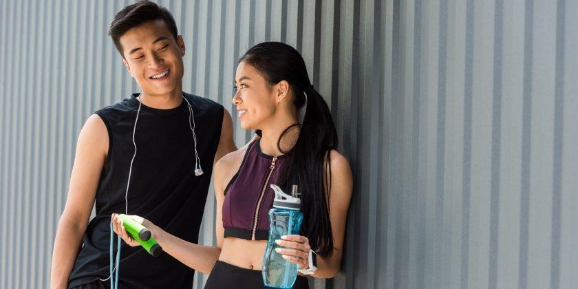 Mann und Frau mit Springseil flirten
