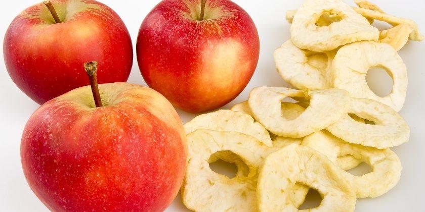 Rote Äpfel mit getrockneten Apfelstücken